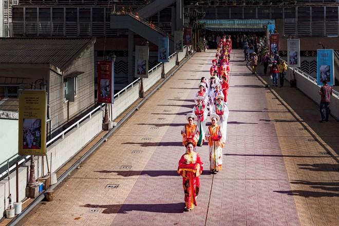 Thieu-nu-ruoc-phan-ve-cho-hoa-tai-festival-Da-Lat-dacsandalat-1