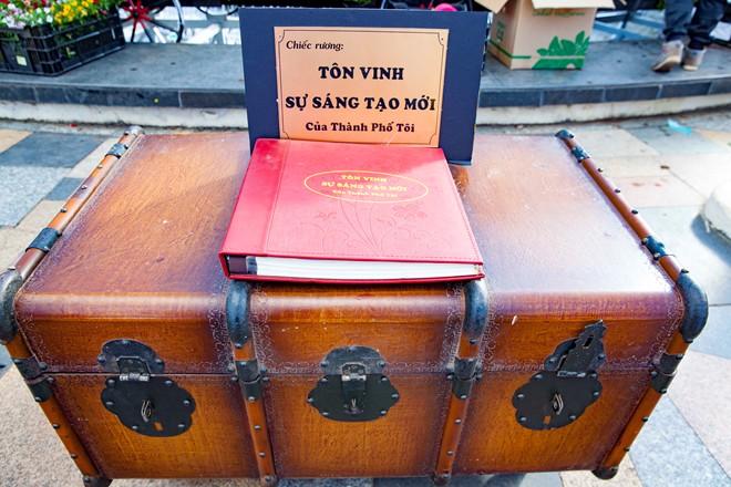 Thieu-nu-ruoc-phan-ve-cho-hoa-tai-festival-Da-Lat-dacsandalat-3