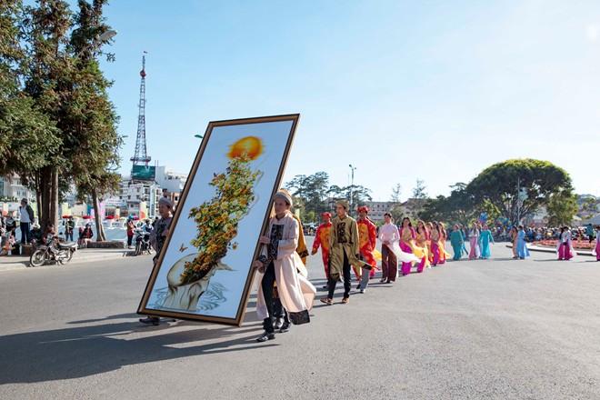 Thieu-nu-ruoc-phan-ve-cho-hoa-tai-festival-Da-Lat-dacsandalat-4