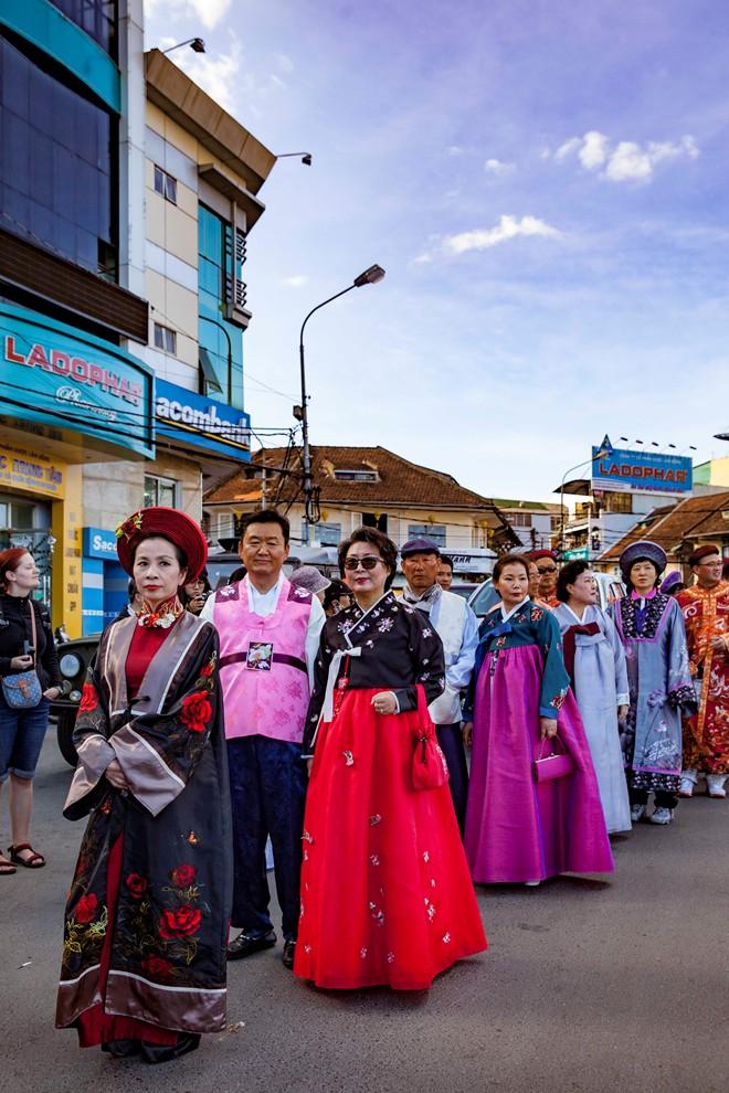 Thieu-nu-ruoc-phan-ve-cho-hoa-tai-festival-Da-Lat-dacsandalat-6