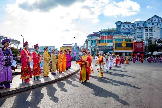 Thieu-nu-ruoc-phan-ve-cho-hoa-tai-festival-Da-Lat-dacsandalat-7