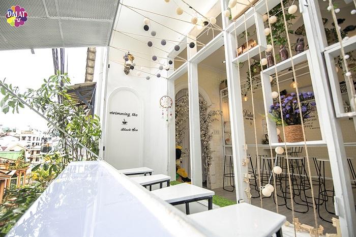 da-lat-check-ngay-quan-cafe-moi-toanh-ngan-goc-song-ao-2
