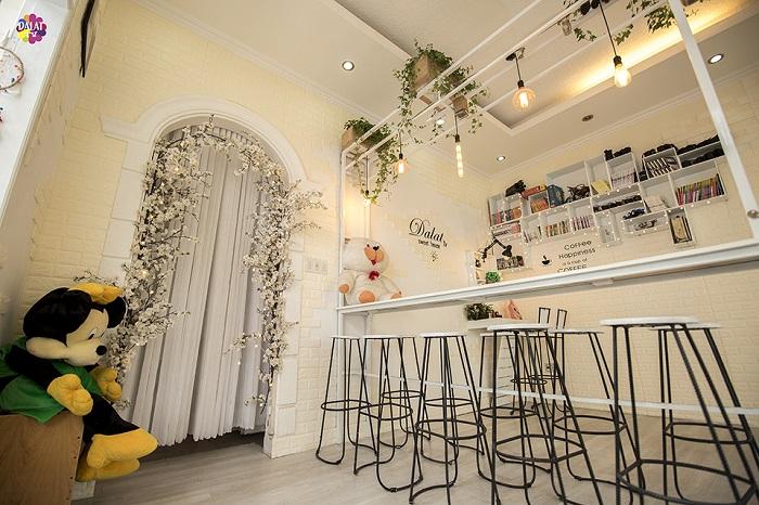 da-lat-check-ngay-quan-cafe-moi-toanh-ngan-goc-song-ao-8